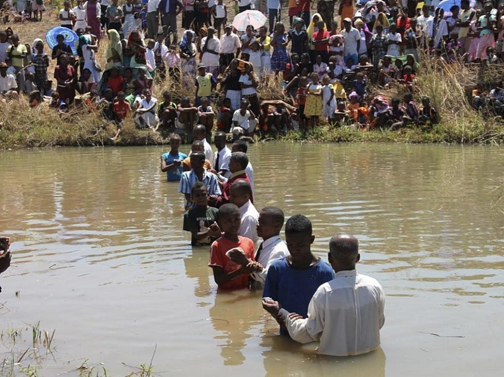 Одно из недавних крещений на Мадагаскаре. В этом случае 275 человек стали адвентистами седьмого дня в результате евангелизационных усилий Василия Стойки и других докладчиков. [Фото: missioner.eu]