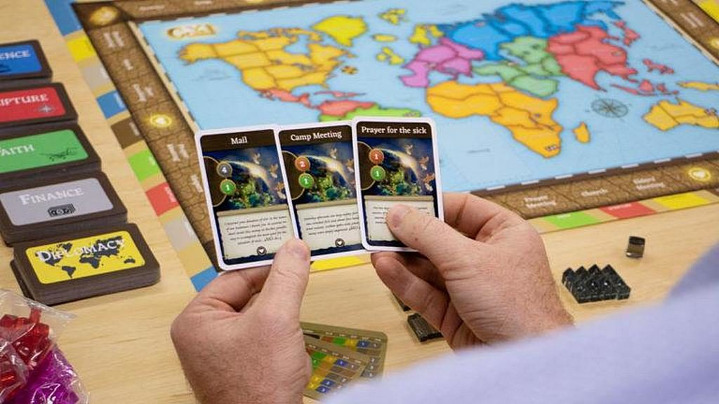 Цитаты Духа Пророчества написаны на каждой карточке новой настольной игры GoYe, а очки TMI накапливаются за достигнутые усилия в служении. [Фото: Adventist Record]