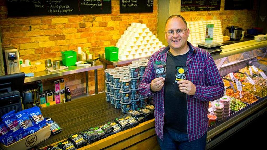 Джереми Диксон показывает свой звездный продукт, Frooze Balls, самая продаваемая в Новой Зеландии здоровая закуска. [Фото: Adventist Record News]