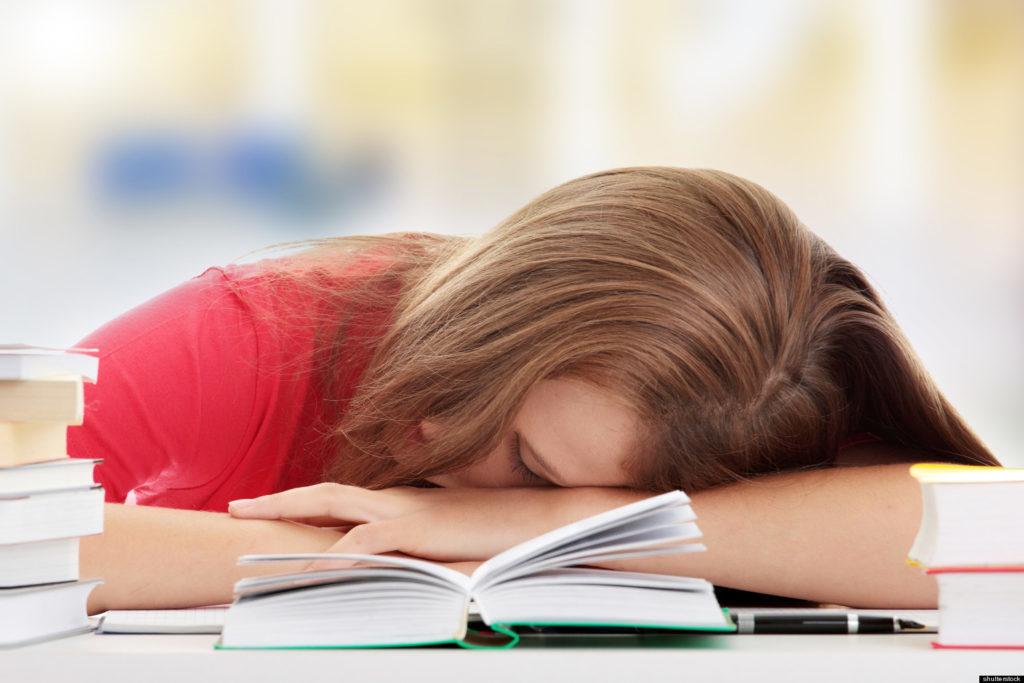 Чи компенсує сон на вихідних недосипання протягом тижня