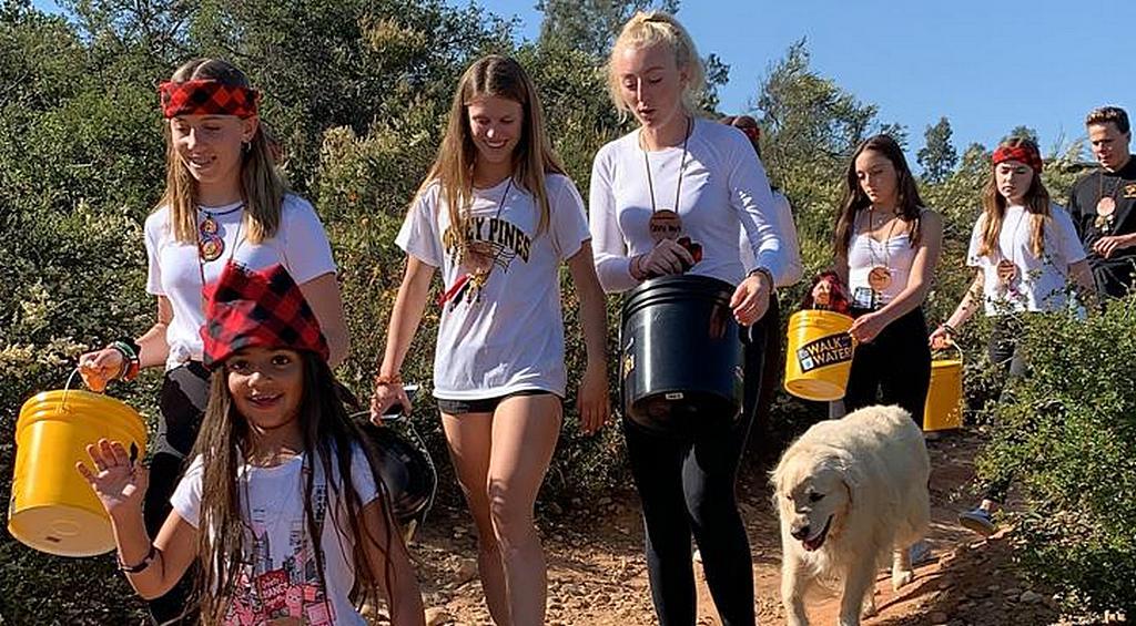 По словам молодых участников, инициатива «Прогулка за водой», проводимая в общине Дель Мар Меса в Сан-Диего, штат Калифорния, США, привила им желание участвовать в других проектах по работе с людьми и миссионерскими проектами в стране и за рубежом. [Фото: Новости Maranatha Volunteers International]