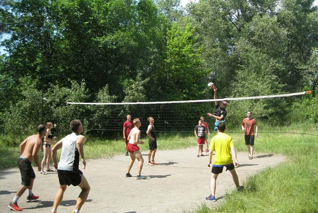 Запорожцы провели волейбольный турнир на природе