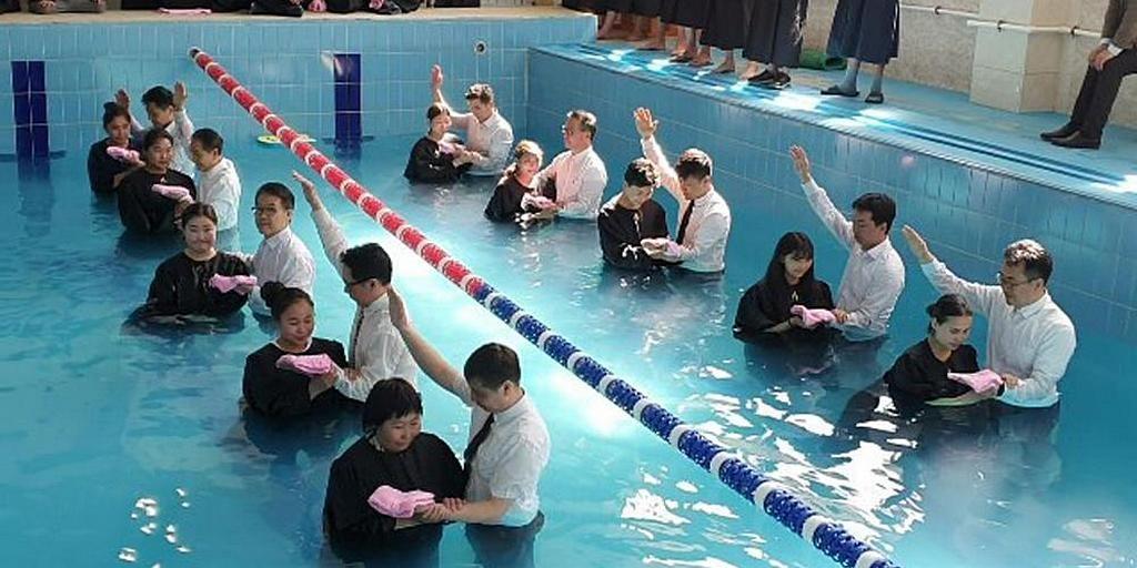 После евангелизационных собраний в Монголии первая группа из 60 молодых людей была крещена и стала членами Церкви адвентистов седьмого дня. [Фото: Северный Азиатско-Тихоокеанский дивизион]