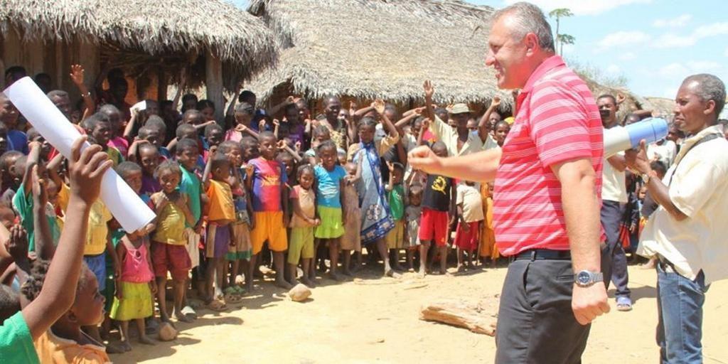 Василий Стойка беседует с группой малагасийских детей. Несколько проектов, спонсируемых Стойкой, направлены на то, чтобы помочь и поддержать местных детей. [Фото: missioner.eu]