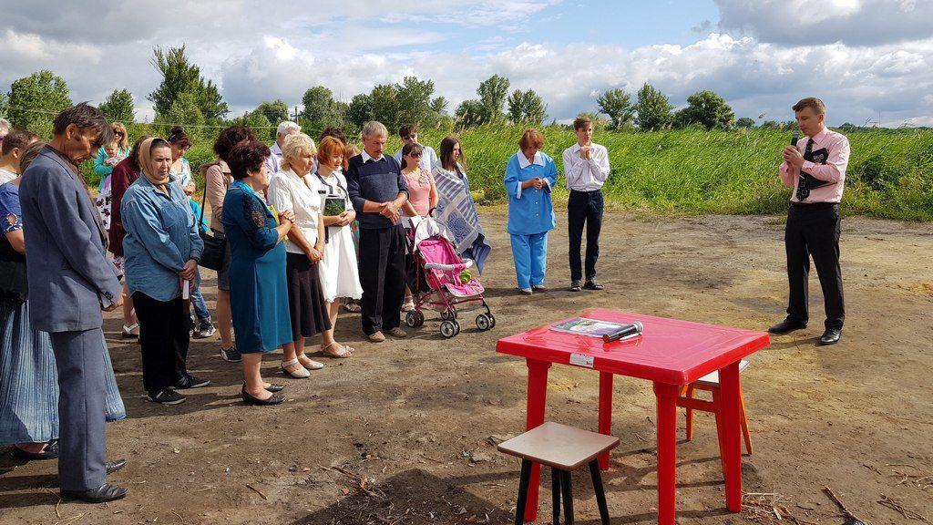 Два человека были крещены в Славянске