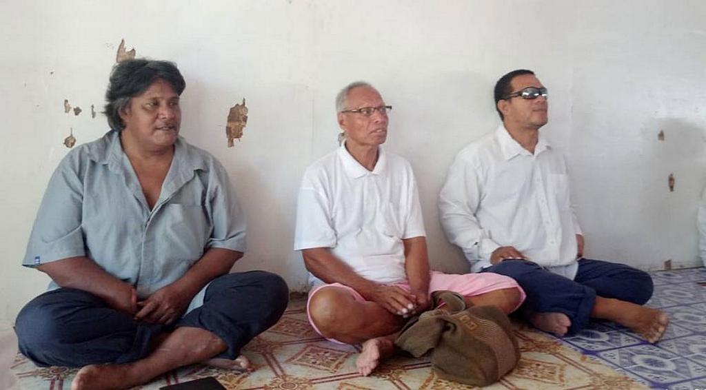 Радиослушатель (на фото слева) посетил свое первое субботнее служение после прослушивания радио Надежды. На фото он вместе с членами церкви адвентистской церкви Бикенибеу. [Фото: Adventist Record]