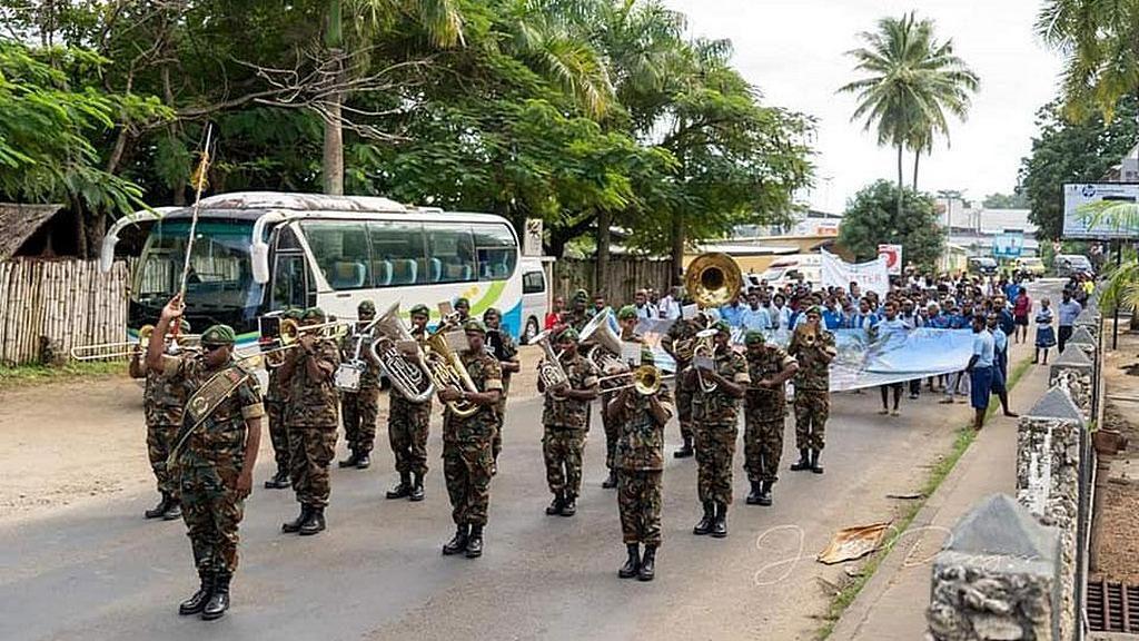 Духовой оркестр Vanuatu Mobile Force возглавлял парад, который ознаменовал начало адвентистской Недели здоровья в столице Порт-Виле. [Фото: Adventist Record]