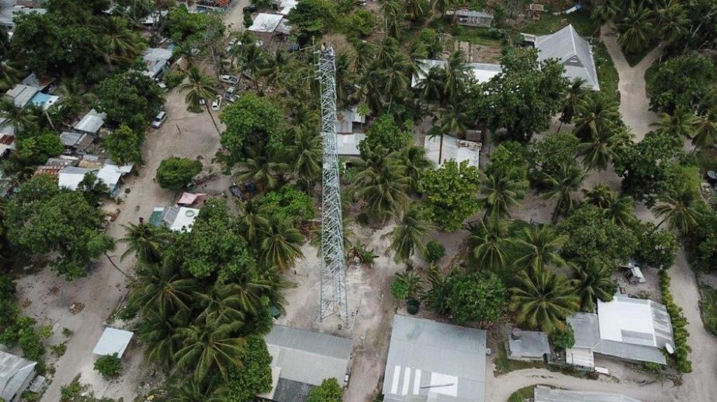 Фото с высоты на 50-метровую (164-футовую) передающую башню, недавно построенную в Южной Тараве, Кирибати, для нового служения Hope Radio в этой южнотихоокеанской стране. [Фото: Adventist Record]