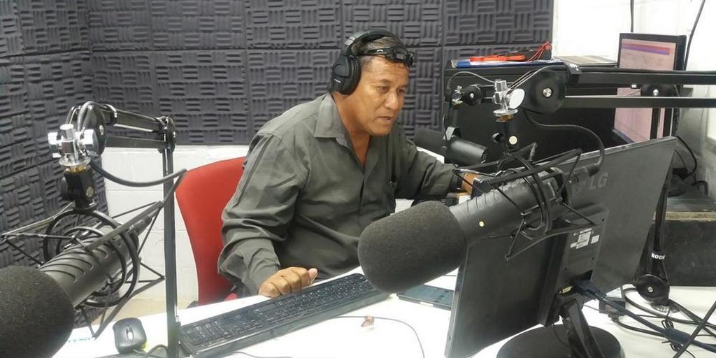 Президент государства и секретарь кабинета министров настроились на радио «Надежда» Кирибати