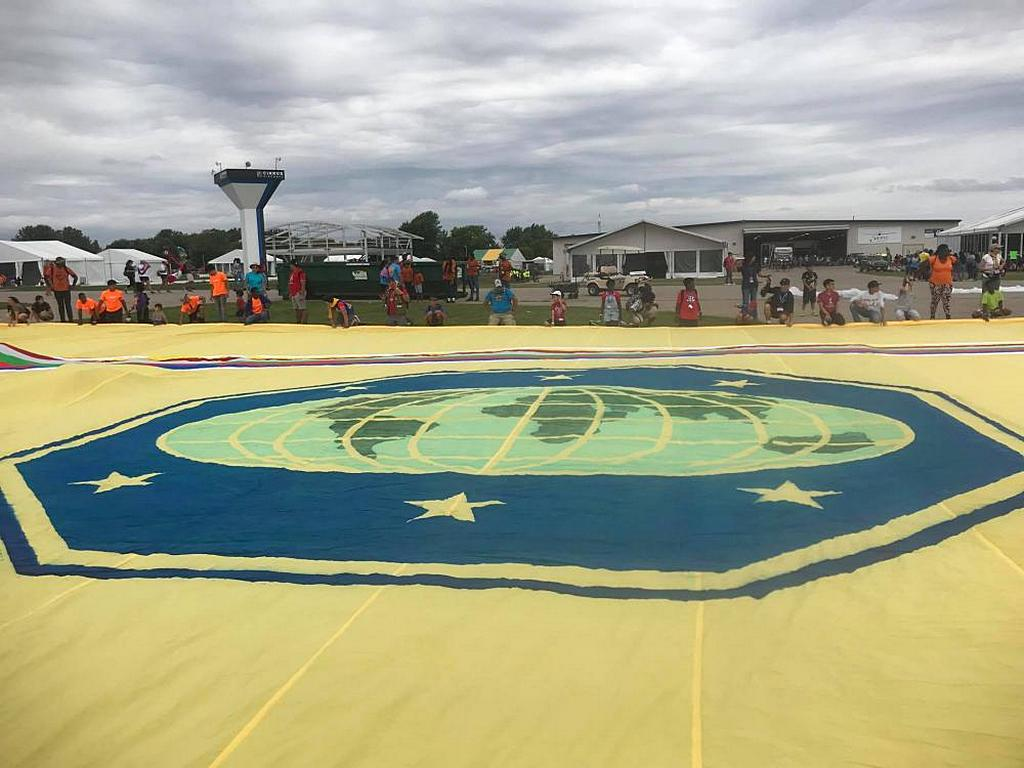 Часть огромного галстука, который добровольцы помогают развернуть в Международном лагере следопытов в Ошкоше, штат Висконсин, США, 12 августа 2019 года. [Фото: Костин Джордаш]