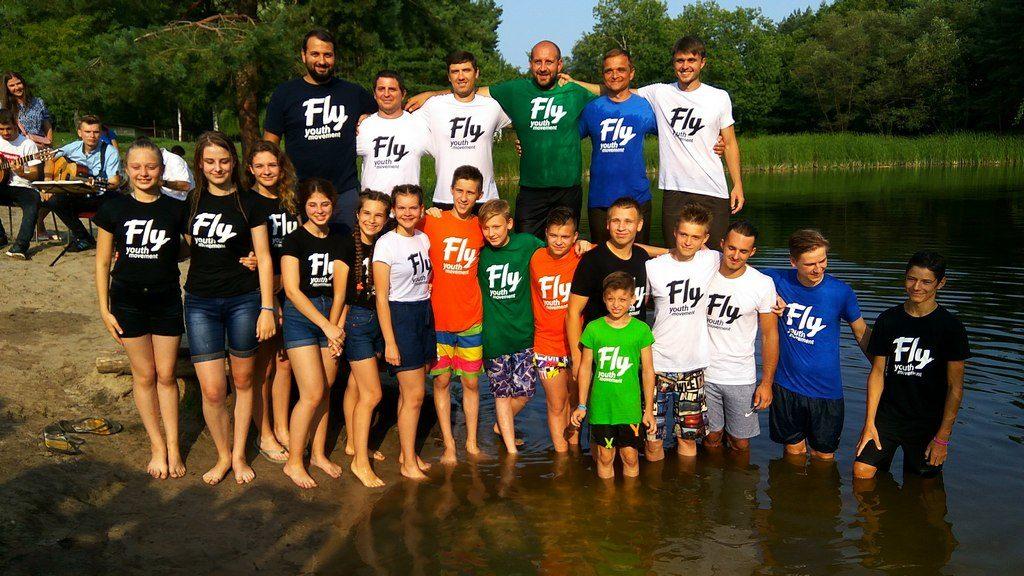 Молодые адвентисты с пасторами, участвовавшими в крещении