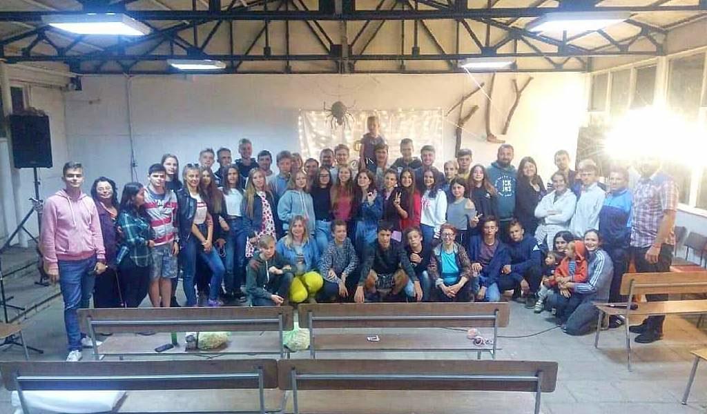 На молодежном конференционном лагере в Харьковской области приняли крещение 18 человек