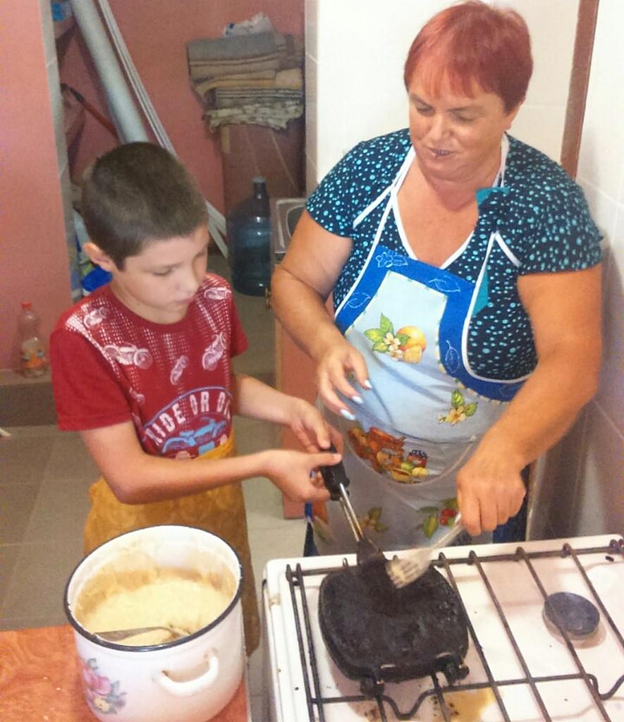 Ольга Луковкина помогает ребятам приготовить домашнее печенье