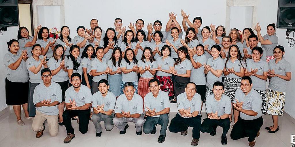 Адвентисты-переводчики жестового языка позируют для групповой фотографии во время шестидневного учебного семинара в Вильяэрмосе, Табаско, Мексика, 22-27 июля 2019 года. [Фото: Унион Северной Мексики]