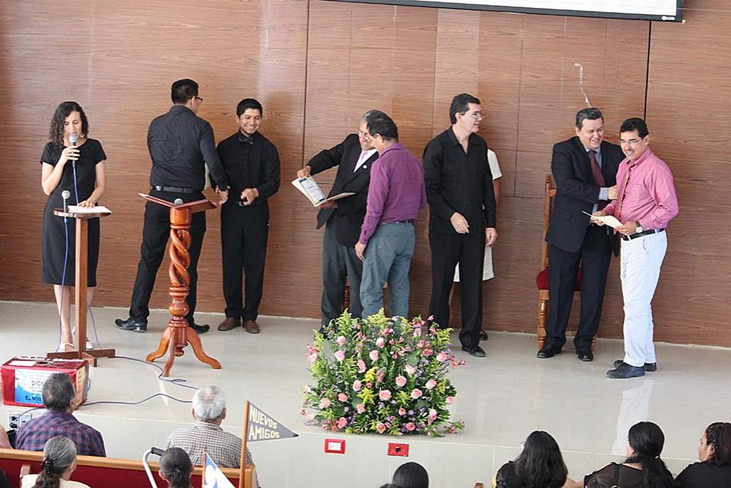 Делегаты учебного семинара для переводчиков жестового языка в Вильяэрмосе, Табаско, Мексика, получают свидетельство об окончании. [Фото: Северо-Мексиканский Унион]