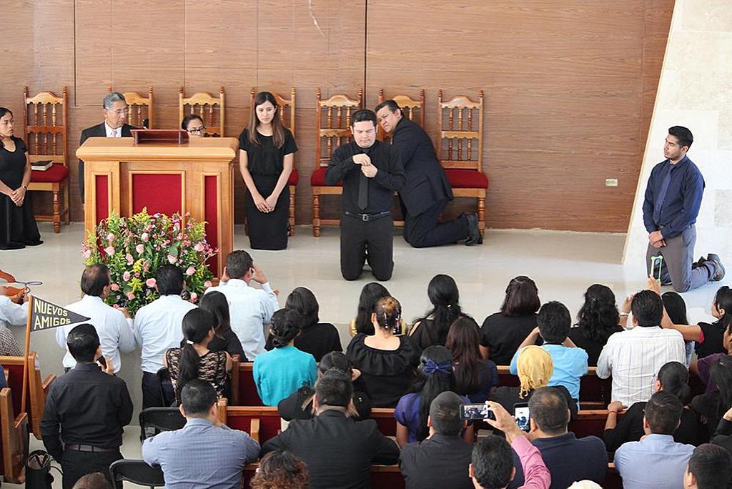 Делегаты следят за жестовой молитвой Герардо Кальдерона, студента университета с нарушениями слуха, во время богослужения в субботу, 27 июля 2019 года, в церкви адвентистов 27 de Febrero в Вильяэрмосе, Мексика. [Фото: Северо-Мексиканский Унион]