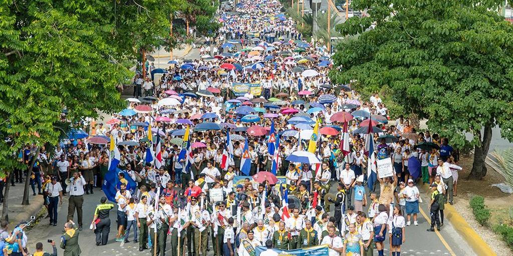 Более 12 000 Следопытов и их лидеров проходят по улицам, чтобы засвидетельствовать преимущества клубов «Следопыт» и распространять книги и литературу для бизнесменов и простых зрителей. [Фото: Доминиканская Унионная Конференция]