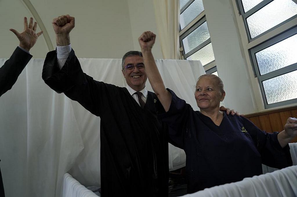Президент Южно-Американского дивизиона (SAD) Эртон Келер (слева) радуется с Нелидой Ифраин после ее крещения во время празднования 125-й годовщины основания Церкви адвентистов седьмого дня в Южной Америке. [Фото: Алексис Вильяр, отдел новостей Южно-Американского дивизиона]