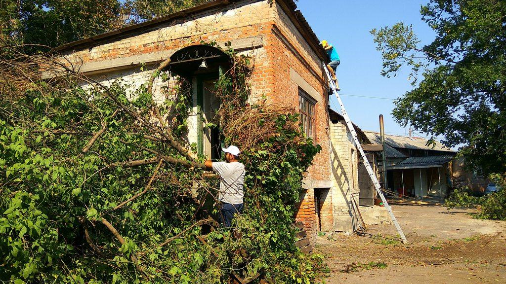 Начало работ по благоустройству территории и ремонту