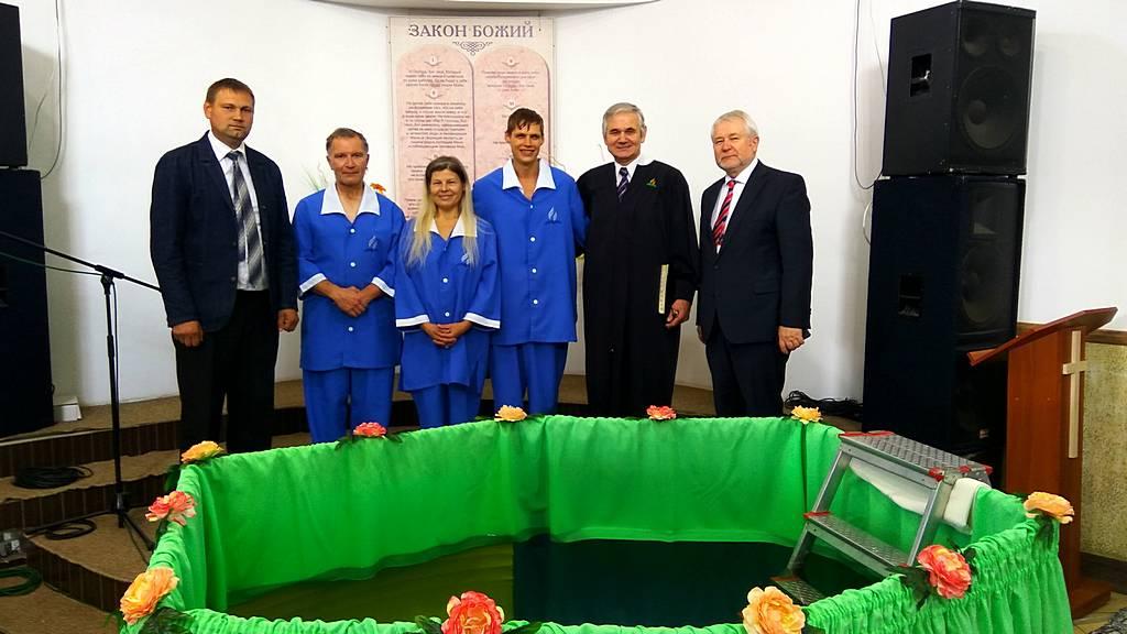 Крещением трех человек закончилась неделя возрождения Павла Химинца в Харькове