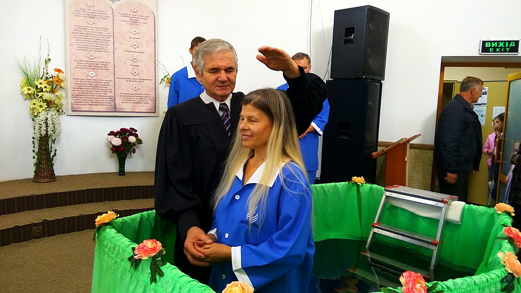 Крестит Михаил Микитюк