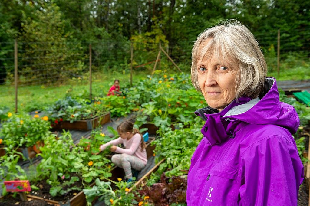 Сьюзан Урсетт, директор средней школы Тирифьорд в Норвегии, сказала, что она очень гордится своими учениками. Она изображена в школьном огороде, где готовят овощи для обеда, который студенты получают ежедневно. [Фото: Тор Тьерансен / ADAMS]