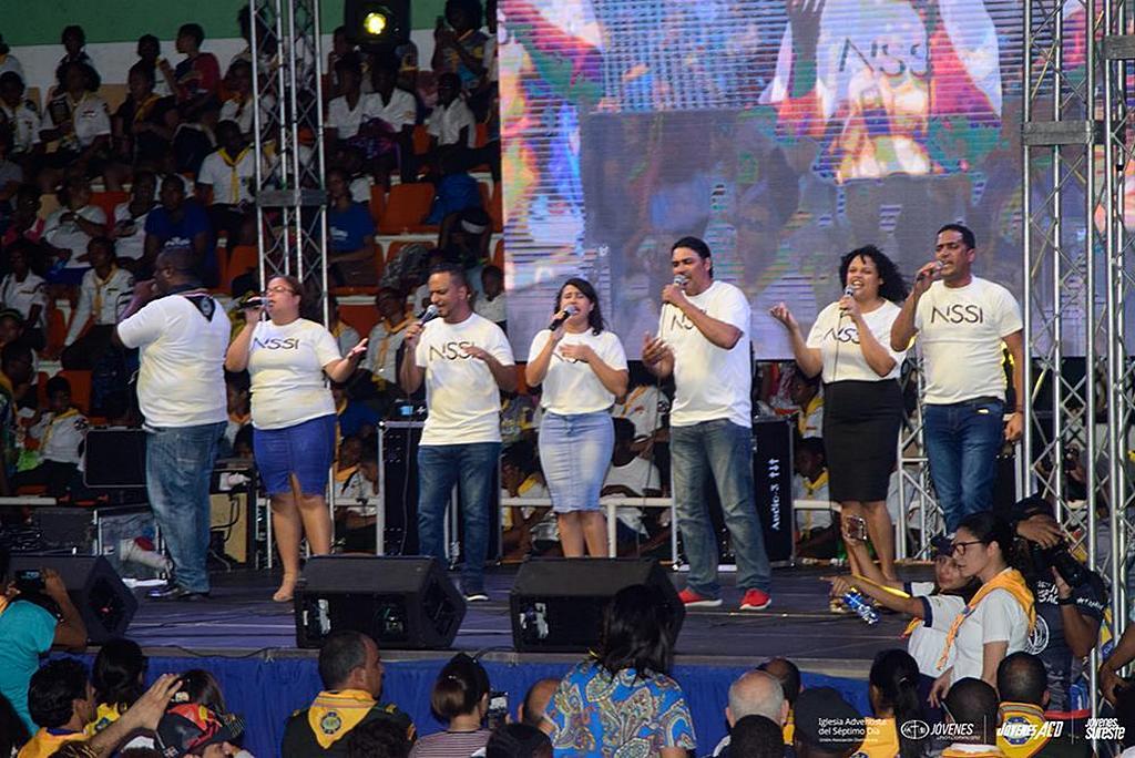Группа поет перед толпой в зале Palacio de los Deportes в субботу 21 сентября 2019 года, после празднования Всемирного дня следопыта в Санто-Доминго, Доминиканская Республика. [Фото: Доминиканская Унионная Конференция]