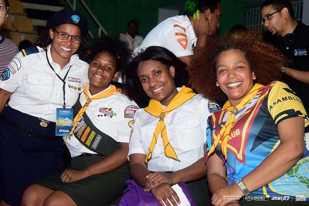 Следопыты и лидеры позируют для фотографии во время вечерней программы во дворце Palacio de los Depoyrtes в Санто-Доминго, Доминиканская Республика, в субботу 21 сентября 2019 года. [Фото: Доминиканская унионная конференция]