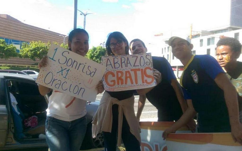 Молодые люди из Восточной Адвентистской церкви в Баркисимето, Венесуэла, дарят улыбки молящимся и предлагают бесплатные объятия во время общенациональной инициативы «Ближе к тебе, Венесуэла», 3-10 августа 2019 года.
