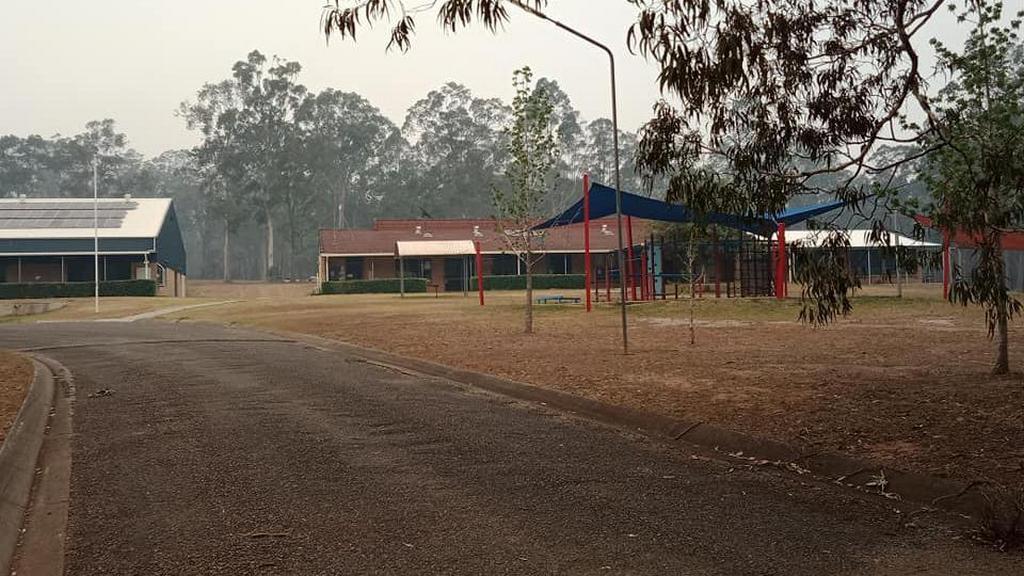 Охваченная дымом территория адвентистской школы Мэннинга в Тинони, Новый Южный Уэльс, Австралия. Школа была эвакуирована 8 ноября 2019 года в качестве меры предосторожности. [Фото: Adventist Record]
