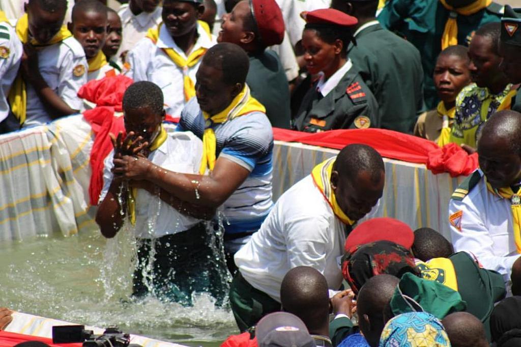 Во время празднования Дня следопытов в Мванзе, Танзания, около 100 следопытов отдали свои сердца Господу и были крещены. [Фото: Северная Танзанийская Унионная Конференция]