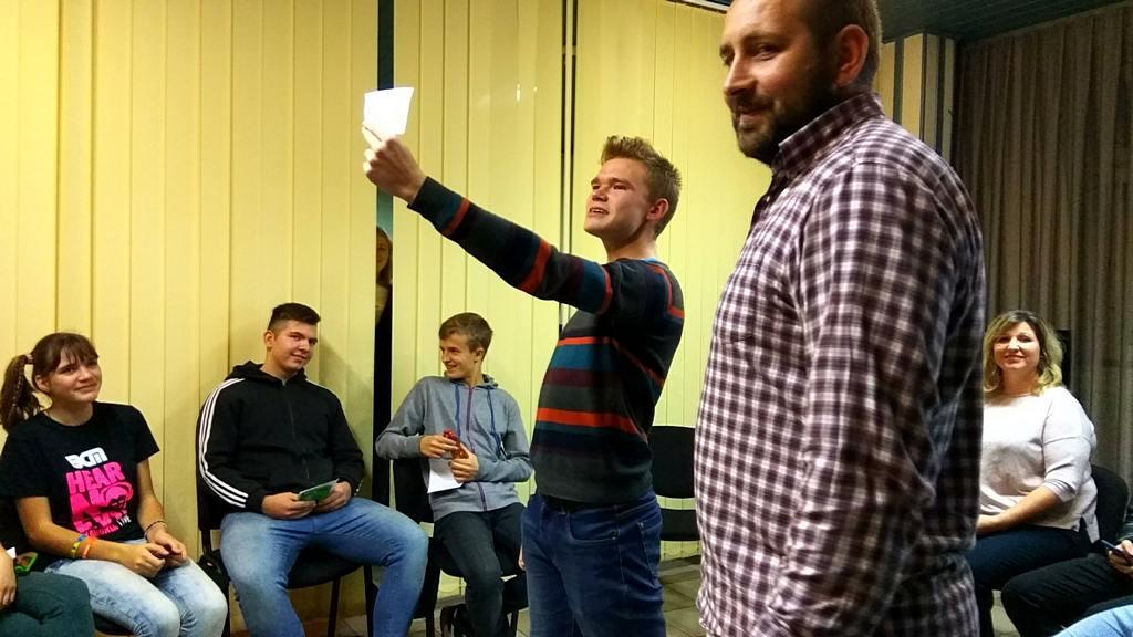 Ведущий программы пастор Аветик Дарбинян проводит с молодежью конкурсы