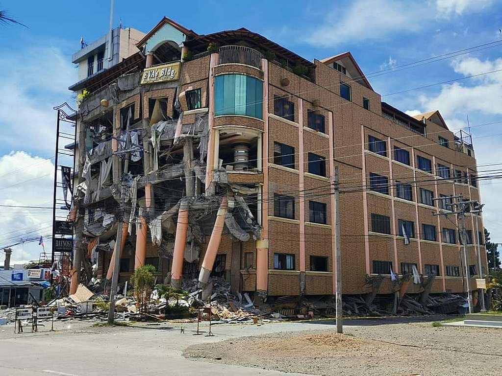 Отель рушится после серии землетрясений возле города Кидапаван, Котабато, Филиппины, в октябре 2019 года. [Фото: ADRA Филиппины]