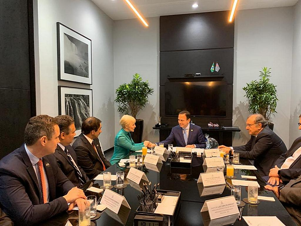 Губернатор штата Сан-Паулу Жуан Дориа (в центре) поздравляет представителя штата Дамарис Моуру через несколько минут после подписания законопроекта о Дне прекращения молчания 21 октября 2019 года в Сан-Паулу, Бразилия. [Фото: новости Южно-Американского дивизиона]