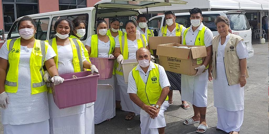 Сотрудники АДРА Самоа доставляют упакованные обеды медицинскому персоналу больницы Тупуа Тамасезе Меаоле в Самоа, после того как в результате смертельной вспышки кори погибли, по меньшей мере, 32 ребенка, главным образом в возрасте до четырех лет. [Фото: Adventist Record]