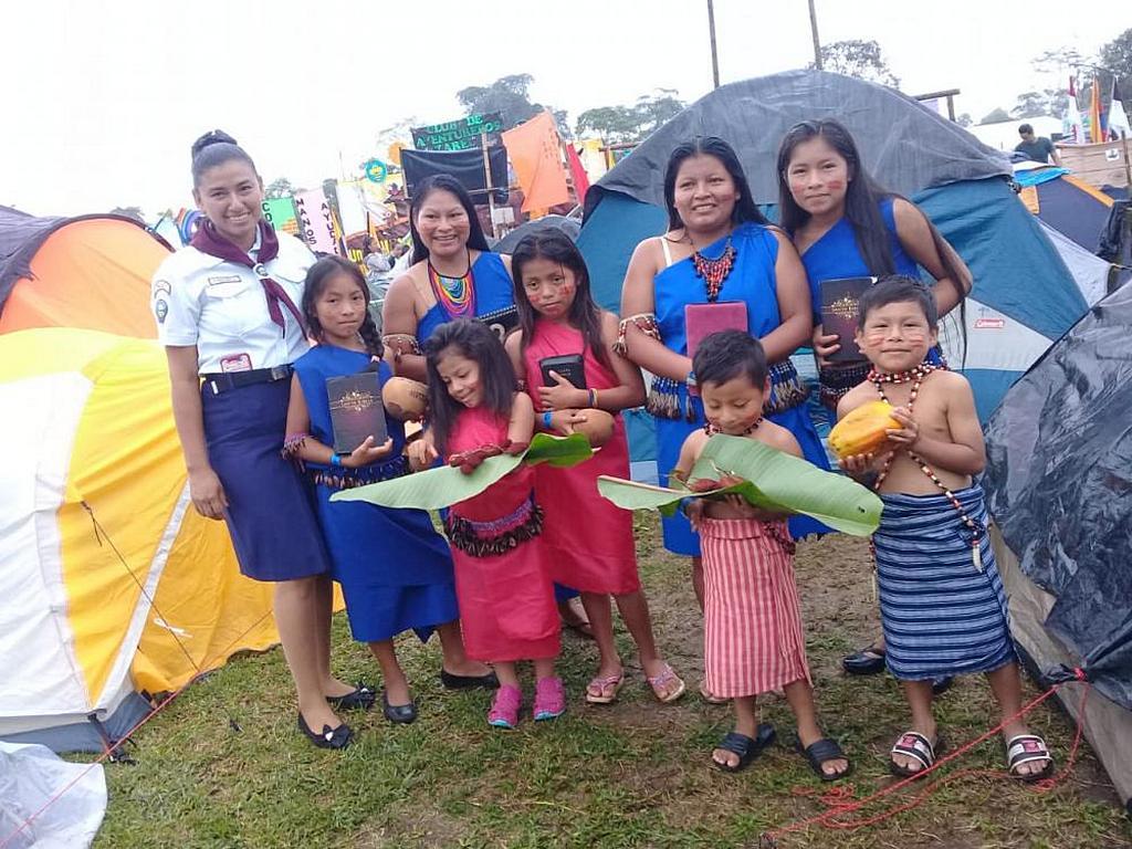 Несколько представителей этнической группы шуар из амазонского региона Эквадора и их дети после крещения во время лагеря «Потоп приключений» в Санто-Доминго, Эквадор. По словам лидеров, 105 человек отдали свою жизнь Богу и решили креститься во время мероприятия. [Фото: Сандра Лопес, новости Южно-Американского дивизиона]