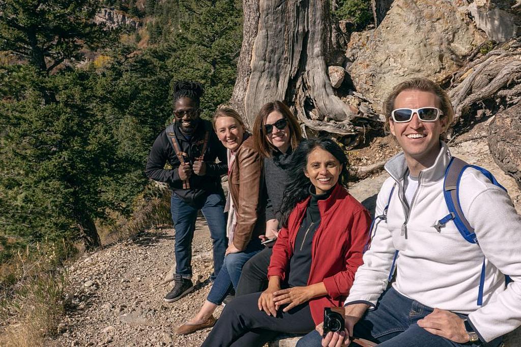 Участники конгресса Общества адвентистских специалистов по коммуникации (SAC) 2019 года отдыхают после прогулки по тропе на Sandia Peak в Нью-Мексико. [Фото: Питер Дамстегт, отдел новостей Северо-Американского дивизиона]
