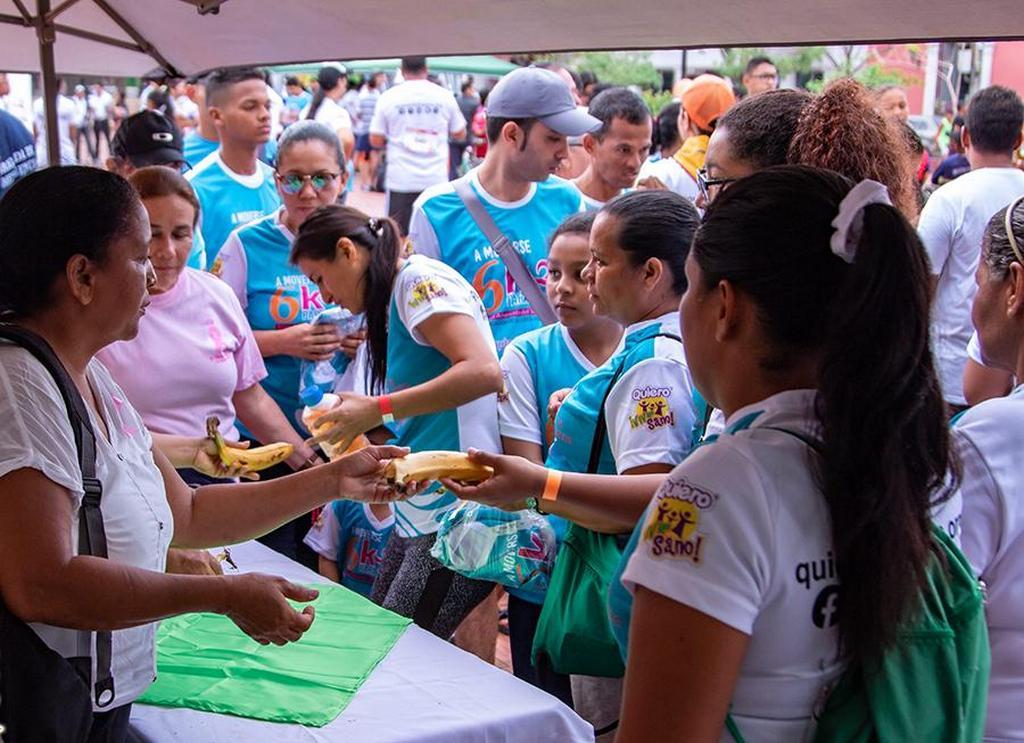 Волонтеры в 6,7-километровой гонке раздают фрукты всем участникам после того, как они закончили гонку в Санта-Марте, Магдалена, Колумбия. [Фото: Атлантическая Колумбийская конференция]