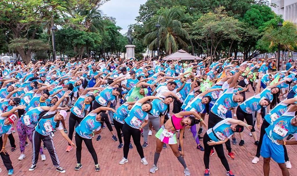 Сотни людей участвуют в разминке ранним утром 6 октября 2019 года, прежде чем начать организованную церковью адвентистов гонку на 6 км в Санта-Марте, Магдалена, Колумбия. [Фото: Атлантическая Колумбийская конференция]