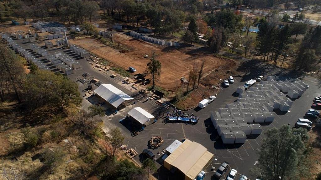 Вид сверху на стоянку, где добровольцы из Маранафы построили складские помещения, чтобы помочь жителям Передайс, штат Калифорния, США, которые потеряли все от пожара в ноябре 2018 года. [Фото: Том Ллойд]