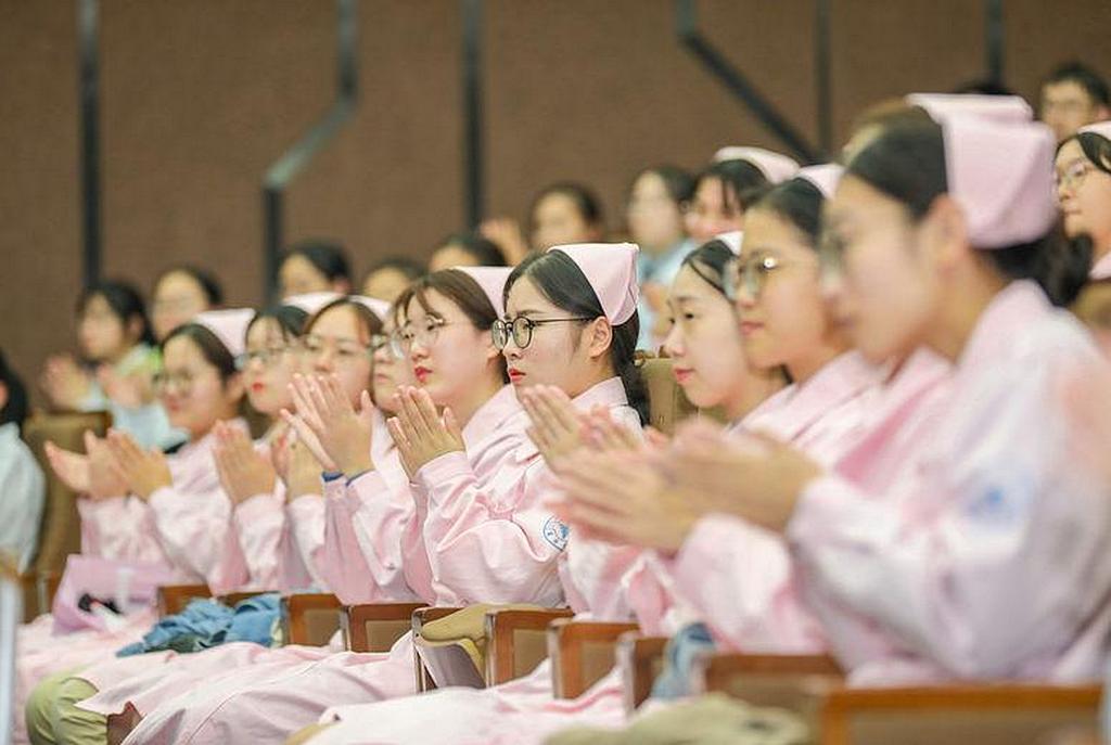 Некоторые из студентов, которые присутствовали на открытии Международного Института Медицинских Наук в Ханчжоу, провинция Чжэцзян, Китай, в октябре 2019 года. [Фото: Новости Университета Здоровья Лома Линда]