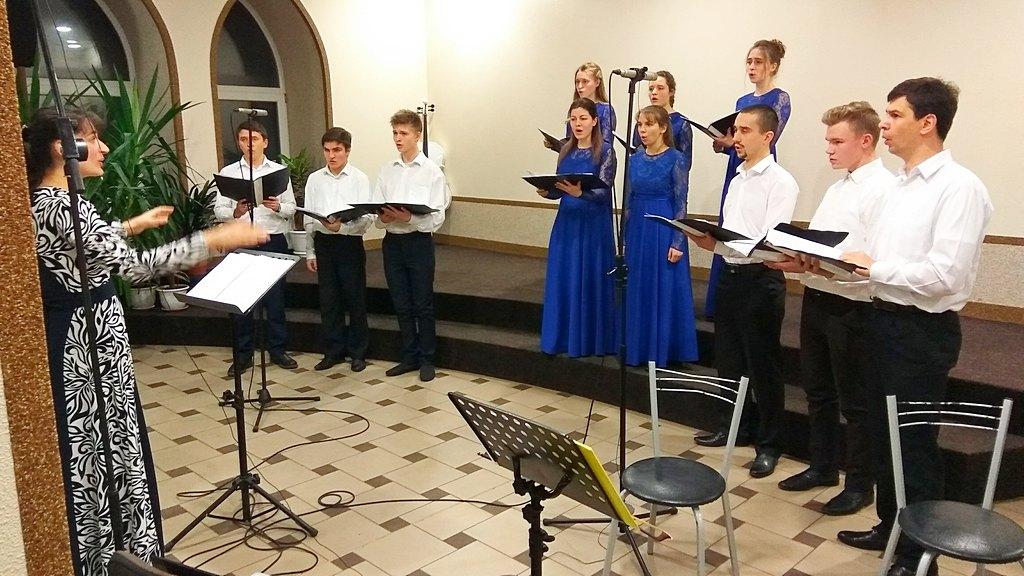 Поет молодежный ансамбль