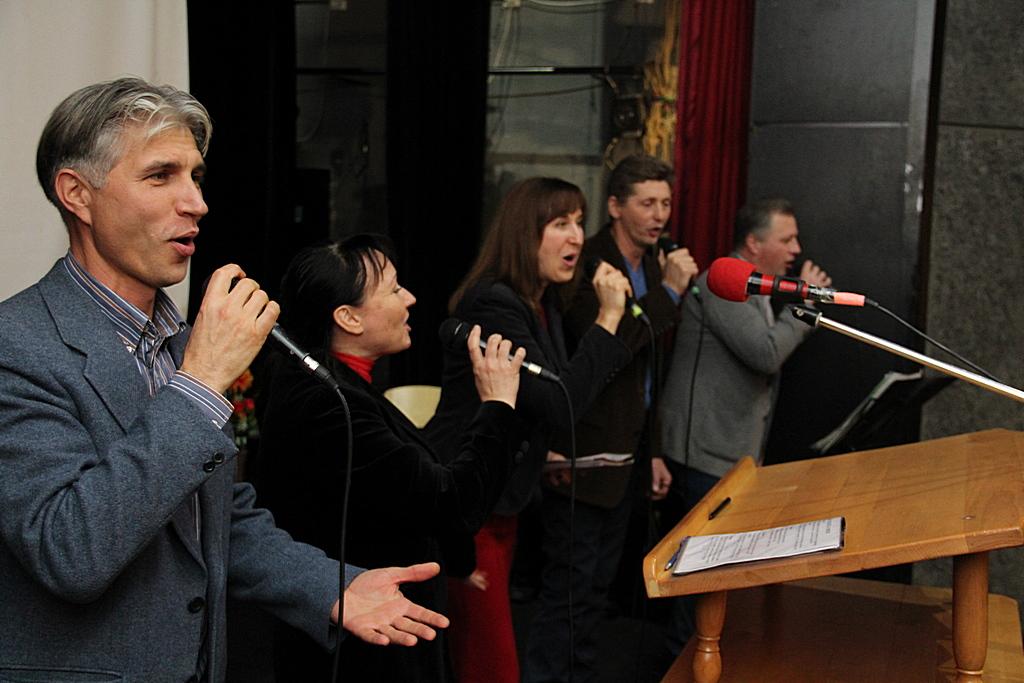 Поет ансамбль Deo Gloria