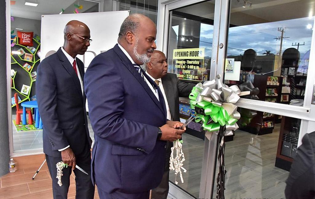 Президент Интерамериканского дивизиона (IAD) Эли Генри готовится разрезать ленточку для открытия недавно отреставрированного книжного магазина IADPA в Кингстоне, Ямайка, 7 ноября 2019 года. Книжный магазин является пятым книжным магазином IADPA в стране. [Фото: Конференция Восточной Ямайки]