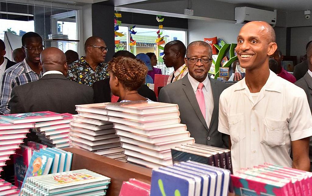 Члены Церкви знакомятся с недавно отремонтированным книжным магазином IADPA в штаб-квартире Конференции Восточной Ямайки. [Фото: Конференция Восточной Ямайки]