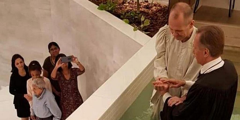 Иван Марчи крестился в Рио-де-Жанейро после изучения Библии через WhatsApp. [Фото: любезно предоставлено Иваном Марчи]