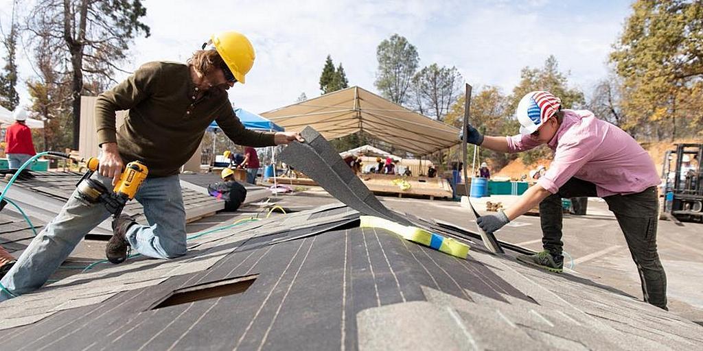 Волонтеры построили 202 временных жилища для выживших после пожара