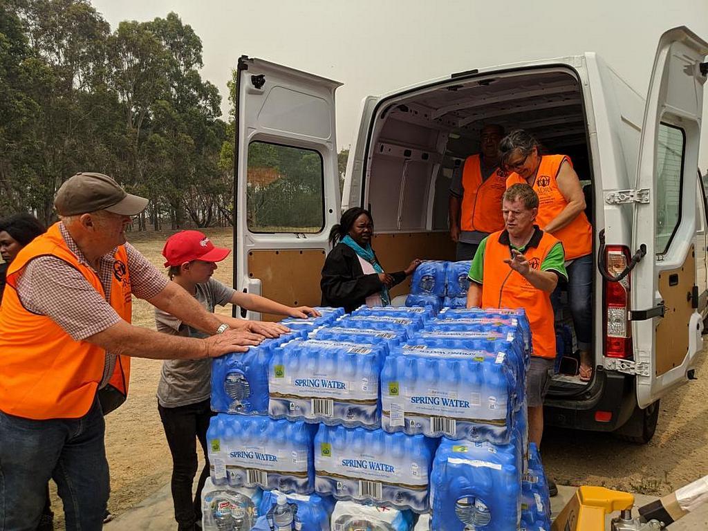 Бутылки с водой загружаются на грузовики для отправки в зоны лесных пожаров Австралии. Организация Afri-Aus Care Inc. пожертвовала тысячу бутылок [Фото: любезно предоставлено аккаунтом ADRA Victoria в Facebook]