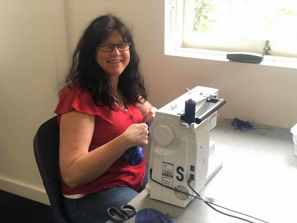 Одна из волонтеров использует свои навыки шитья для создания одежды для животных, пострадавших от пожаров в Австралии. Одежды помогут обгоревшим животным чувствовать себя комфортнее. [Фото: Джош Вуд]