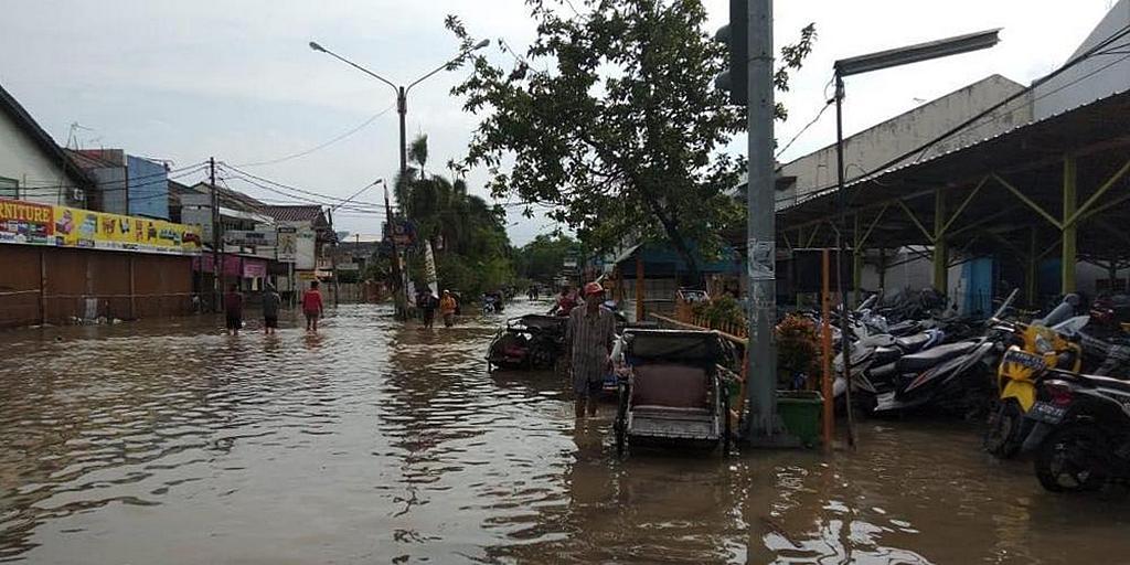 Затопленная улица в районе Джакарты, Индонезия. Руководители Церкви адвентистов седьмого дня говорят, что члены церкви находятся среди тех, кто пострадал от обширного наводнения, в результате которого 66 человек погибли и тысячи жителей были перемещены. [Фото: любезно предоставлено ADRA Индонезия]